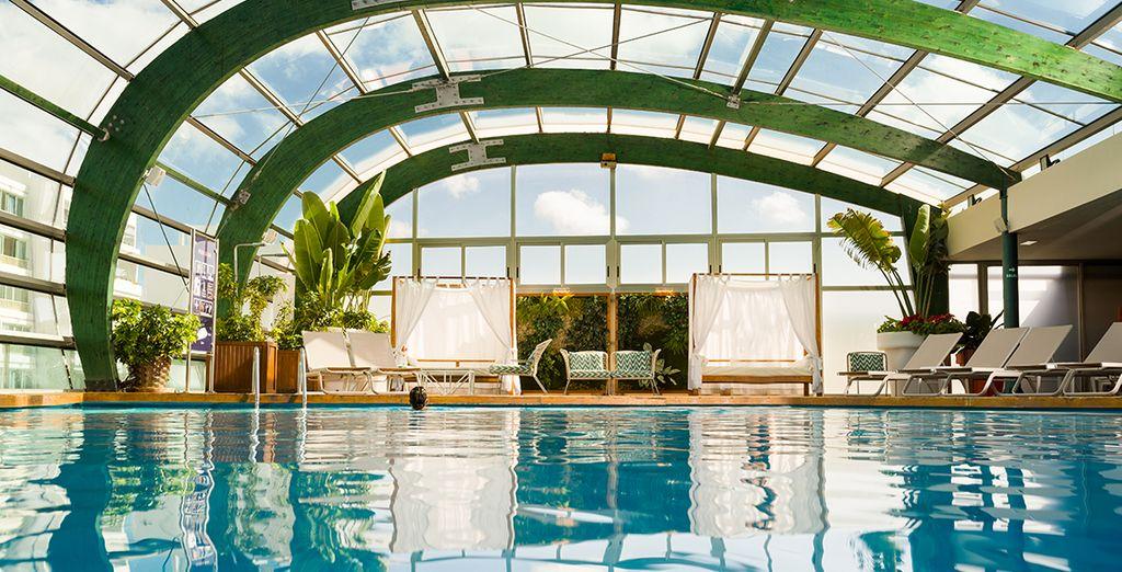 Neem een duik in het overdekte zwembad