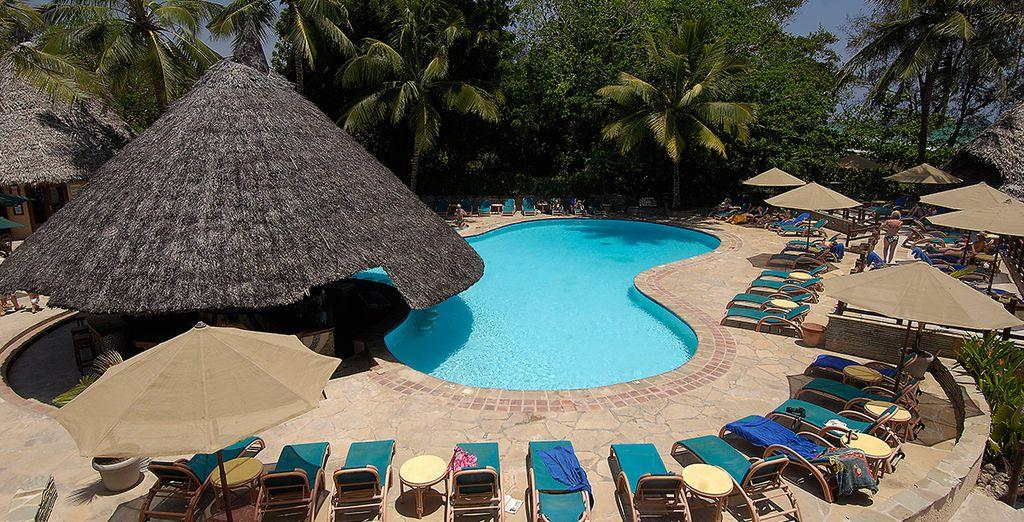 Relax onder de Afrikaanse zon aan de rand van het zwembad