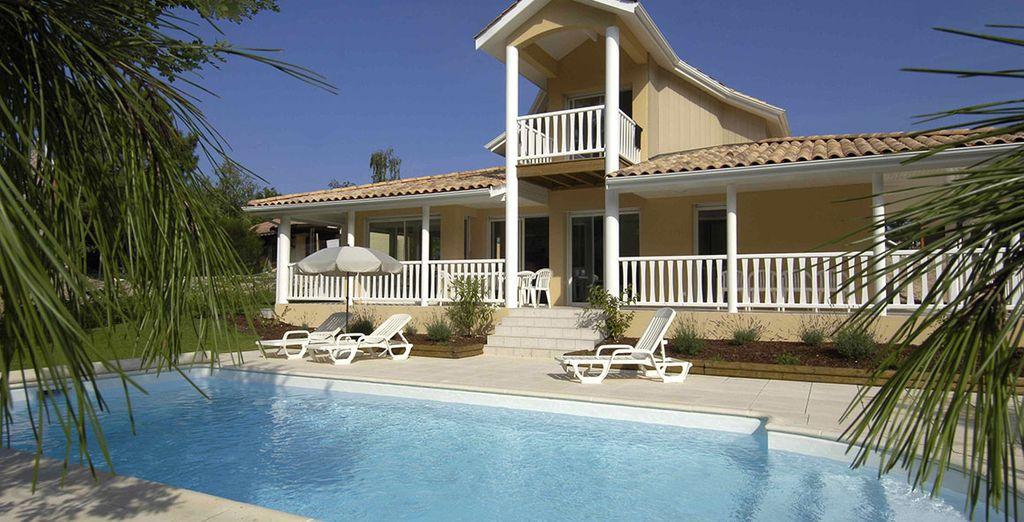 Omringd door een privé-zwembad en aangelegde tuinen