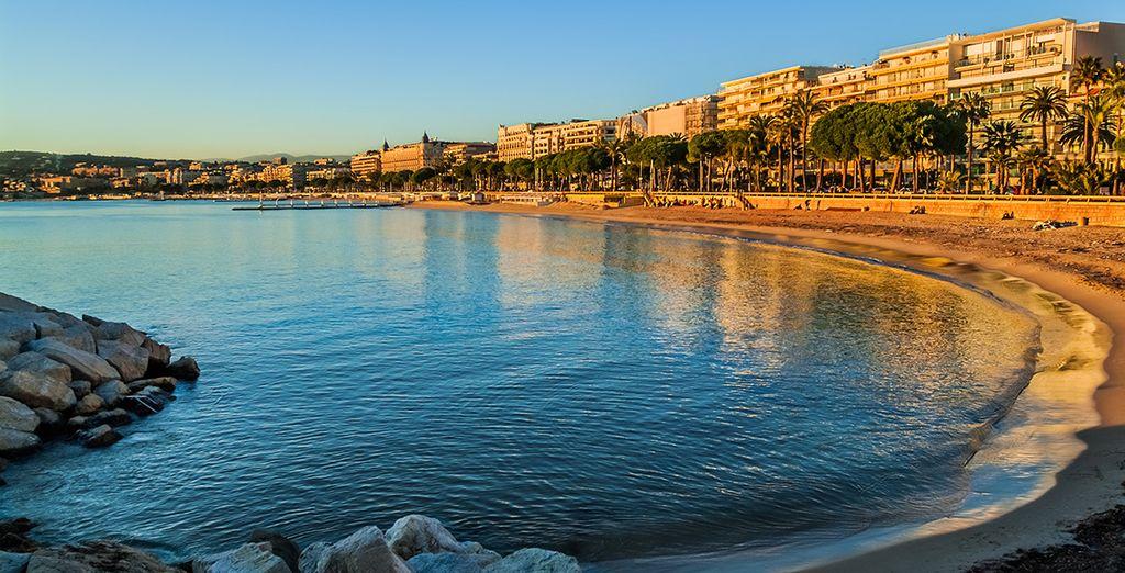 Wandel op de promenade tegenover het strand van Cannes