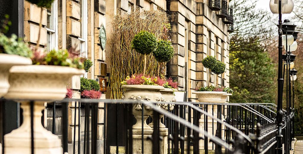 Explore charming Scottish streets of Edinburgh