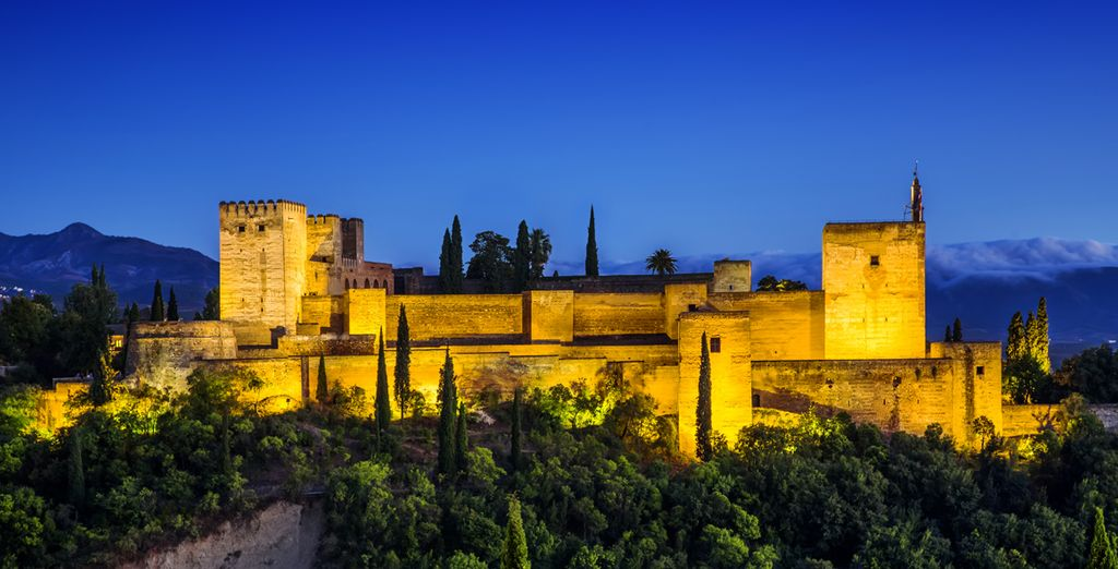 Feel the charm of Granada at night