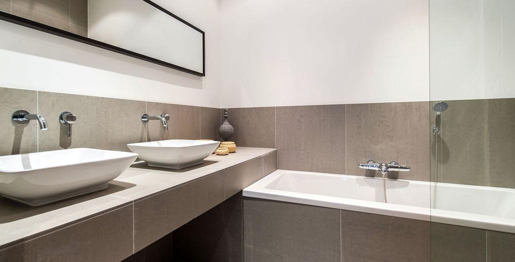 Apartment 4 : Sleek contemporary bathroom