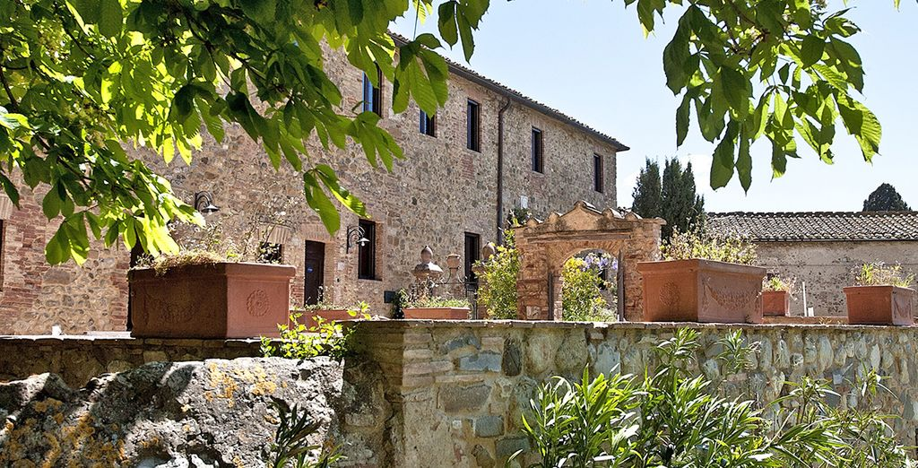 Terracota tiles, red bricks and stone-clad walls reflect traditional Tuscan décor
