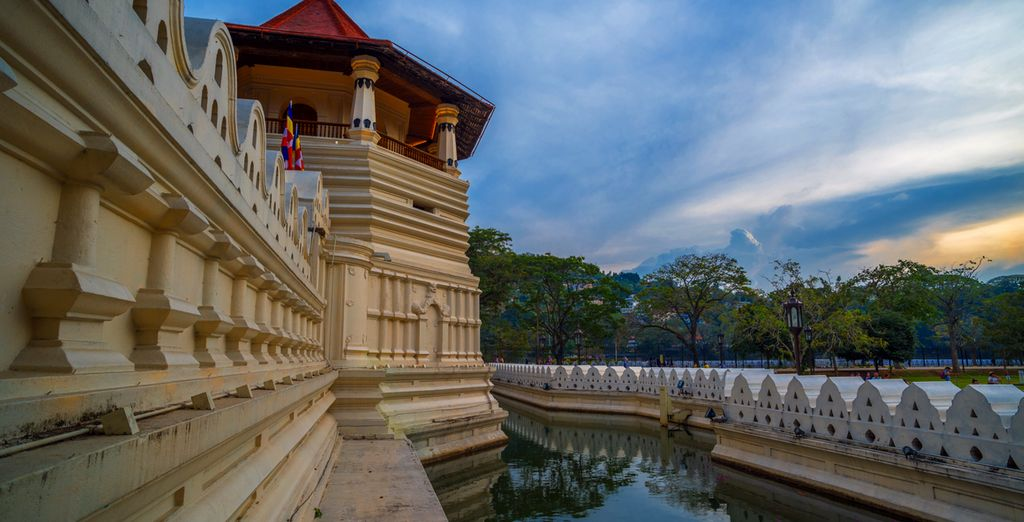 Visit Temple of the Tooth Relic