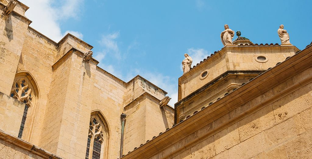 Or visit nearby attractions such as the city of Reus