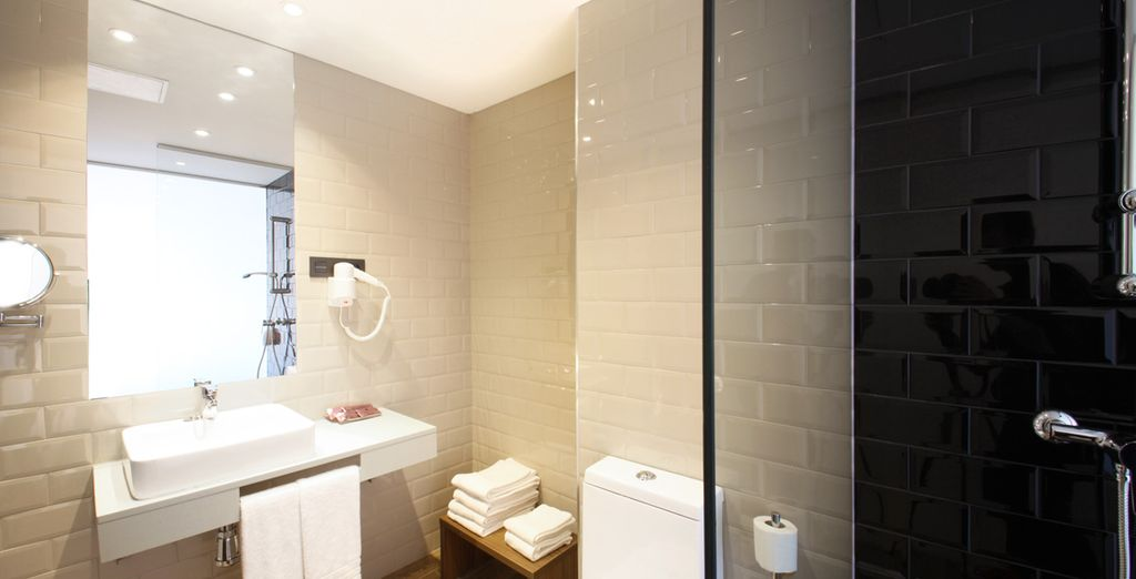 Equipped with a contemporary bathroom