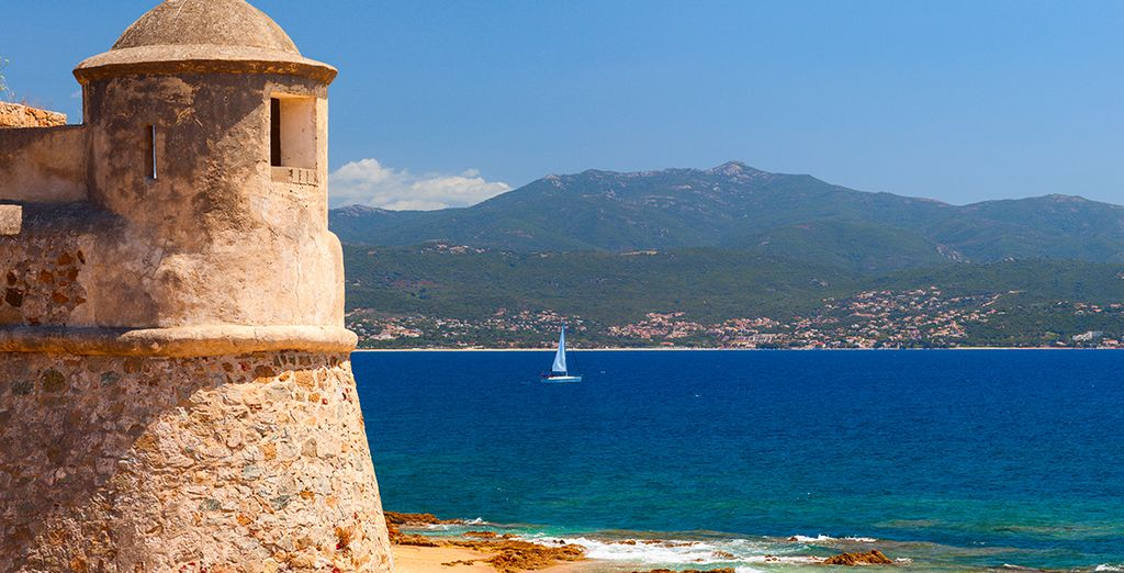 Only 35 minutes from the golden sandy beaches of the gulf of Ajaccio