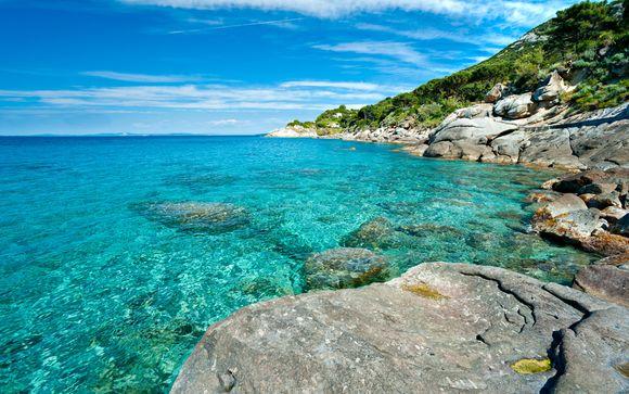 Vista sul golfo di Porto Azzurro con baia privata