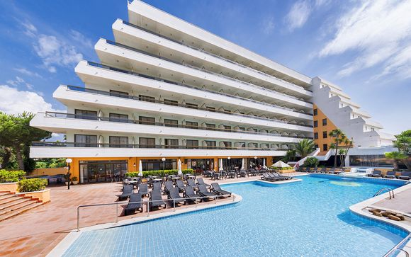 Family-Friendly Beachfront Hotel Boasting a Rooftop Pool
