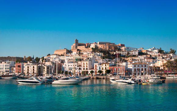 Playa d' En Bossa, en Ibiza, te espera