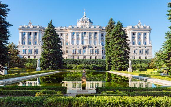 Eleganza e comodità davanti al Palazzo Reale